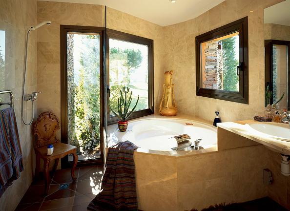 Bathroom「View of a tiled bathroom」:写真・画像(4)[壁紙.com]
