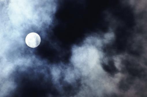 月「full moon through clouds」:スマホ壁紙(19)