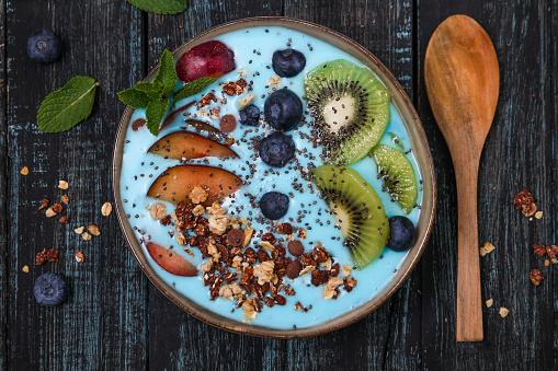 Kiwi「Superfood smoothie bowl with chia seeds, blueberries, nectarine, kiwi and chocolate granola」:スマホ壁紙(2)