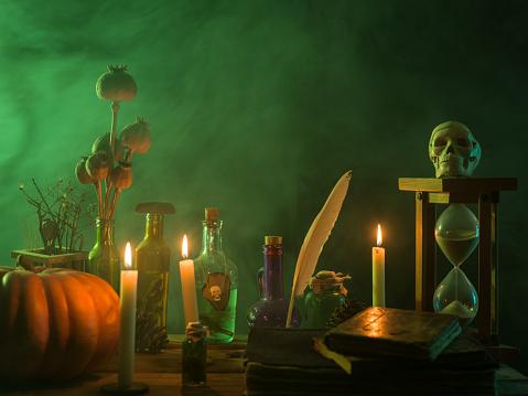 魔術師「カボチャ、毒瓶、死んだ昆虫、キャンドル、人間の頭蓋骨とハロウィーンの魔法の本」:スマホ壁紙(5)