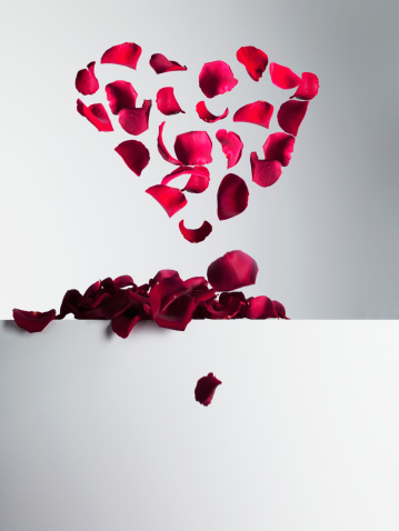 Hovering「Red rose petals forming heart-shape」:スマホ壁紙(6)