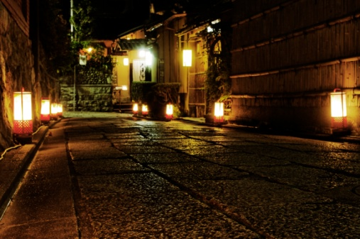Kyoto Prefecture「Alley illuminated with lanterns, Higashiyama, Kyoto Prefecture, Japan」:スマホ壁紙(17)