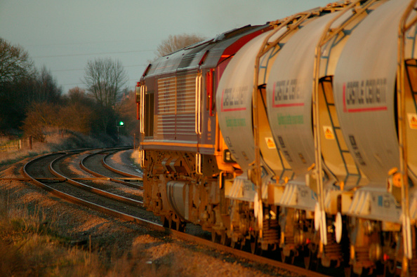 Rake「In the golden glow of the early evening sun an EWS Class 66 heads a rake of cement hoppers through Rearsby in the Leicestershire countryside. March 2005」:写真・画像(14)[壁紙.com]