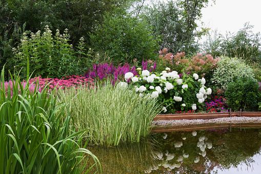 あじさい「庭園と池」:スマホ壁紙(1)