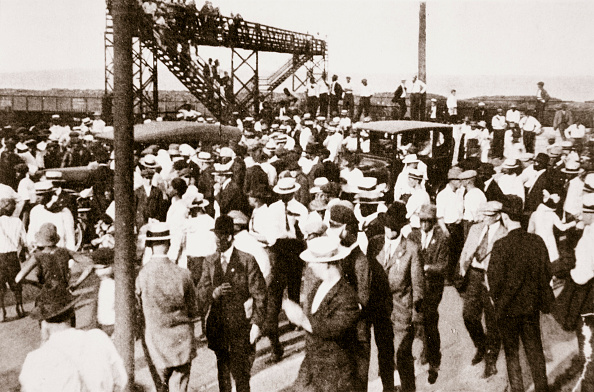 Racial Tensions「African Americans And Whites Leaving The Beach As Trouble Begins Chicago Illinois USA circa 1919」:写真・画像(5)[壁紙.com]