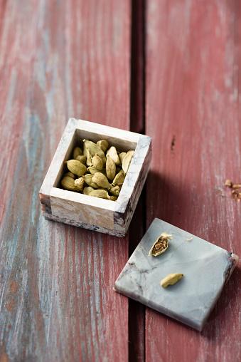 Cardamom「Little box of cardamom capsules on wood」:スマホ壁紙(19)