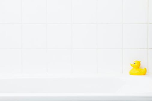 おもちゃのアヒル「Plastic duck on bathtub」:スマホ壁紙(19)