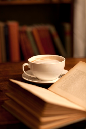 Coffee Break「Reading in a library or book shop」:スマホ壁紙(1)