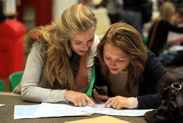 A-Levels「Students Throughout The UK Receive Their A Level Results」:写真・画像(2)[壁紙.com]