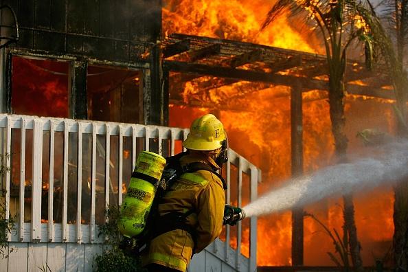 Firefighter「Santa Ana Winds Stoke Wildfires In Southern California」:写真・画像(16)[壁紙.com]