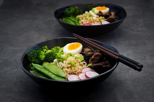 シイタケ「Ramen soup with egg, sugar peas, broccoli, noodles, shitake mushroom and red radish」:スマホ壁紙(13)