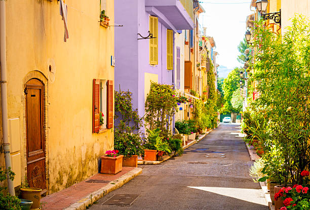 Colorful street in town in Provence, France:スマホ壁紙(壁紙.com)