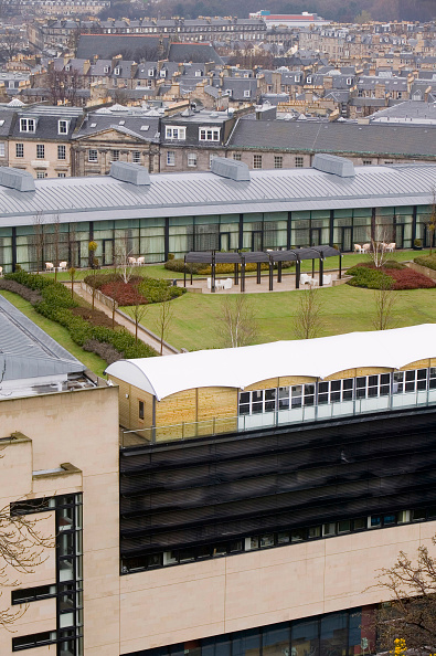 Roof Garden「An architect designed modern building with a grass roof just off Princes Street in Edinburgh Scotland UK. Incorporating a green roof on buildings can help cut energy costs by keeping the building warmer in winter and cooler in summer.」:写真・画像(10)[壁紙.com]