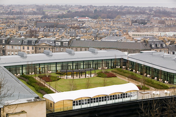 Roof Garden「An architect designed modern building with a grass roof just off Princes Street in Edinburgh Scotland UK. Incorporating a green roof on buildings can help cut energy costs by keeping the building warmer in winter and cooler in summer.」:写真・画像(13)[壁紙.com]
