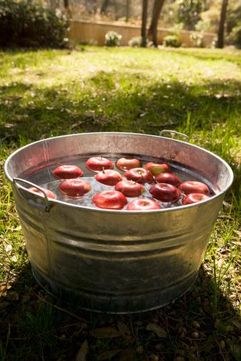 Bucket「Apples in bucket of water」:スマホ壁紙(14)