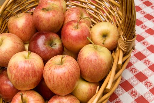 Easter Basket「Apples in basket」:スマホ壁紙(9)
