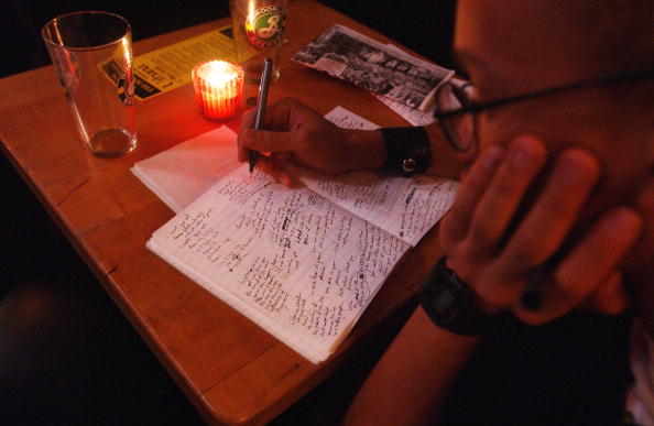 Writing「Poetry Slam At The Bowery Poetry Club」:写真・画像(4)[壁紙.com]