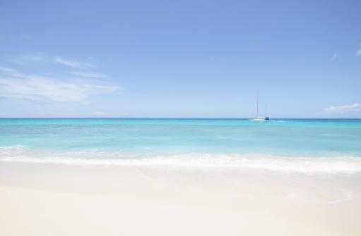 アンティグアバーブーダ「Beach and sailboat, Antigua」:スマホ壁紙(12)