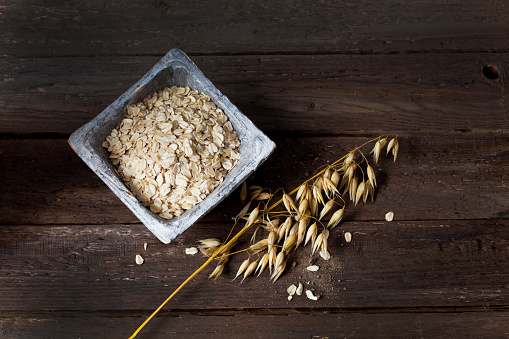 Oats - Food「Bowl with oat flakes and ripe spike of oat on wood」:スマホ壁紙(15)