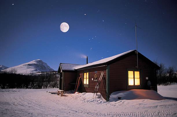 snow covered cottage under full moon:スマホ壁紙(壁紙.com)