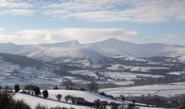 横位置「Snow Covers The Brecon Beacons」:写真・画像(0)[壁紙.com]