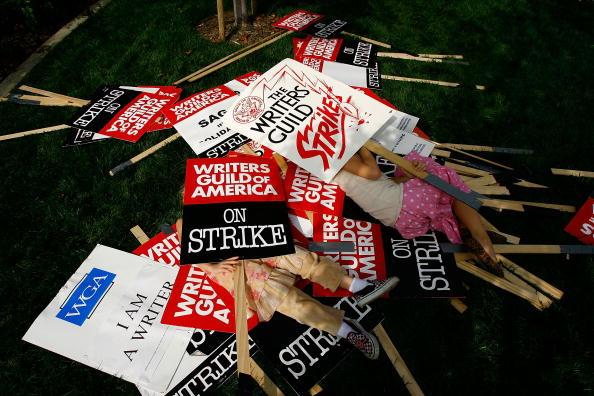 作家「Striking Writers Guild Holds Rally In Los Angeles」:写真・画像(5)[壁紙.com]