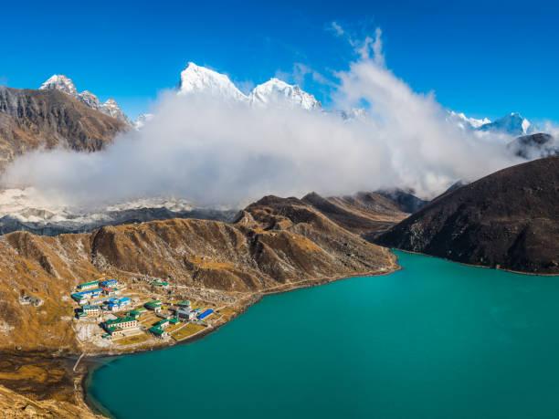 Gokyo Lake Sherpa teahouses beneath Himalayan mountain peaks panorama Nepal:スマホ壁紙(壁紙.com)