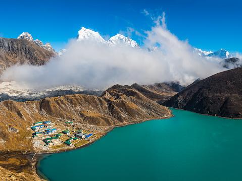 Khumbu「Gokyo Lake Sherpa teahouses beneath Himalayan mountain peaks panorama Nepal」:スマホ壁紙(10)
