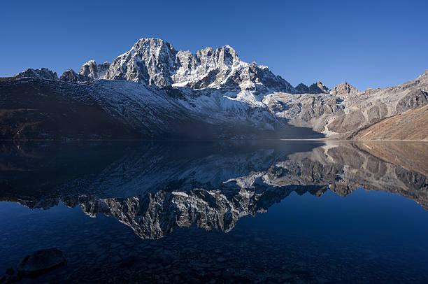 Gokyo lake with nice reflection:スマホ壁紙(壁紙.com)
