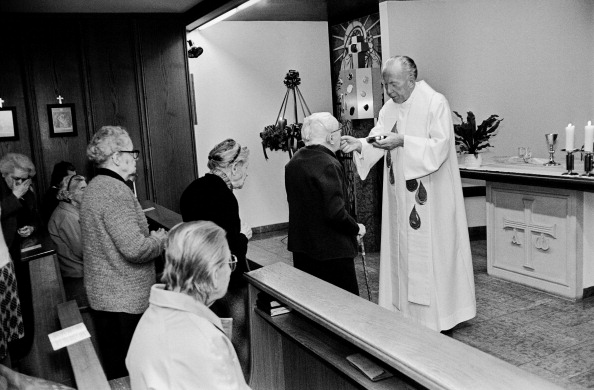 Religious Mass「The Former Viennese Archbishop Cardinal Franz König Celebrating A Mass In The Retirement Home Of The Daughters Of Charity. Vienna. 1990. Photograph By Nora Schuster.」:写真・画像(2)[壁紙.com]