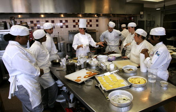 Food and Drink「Celebrity Chef Phenomenon Helps Boost Cooking School Enrollment」:写真・画像(2)[壁紙.com]