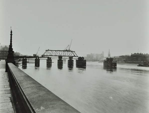 Greater London Council「Temporary Bridge Over The River Thames Being Dismantled, London, 1948」:写真・画像(16)[壁紙.com]