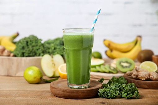 Kiwi「Green smoothie surrounded by ingredients」:スマホ壁紙(3)