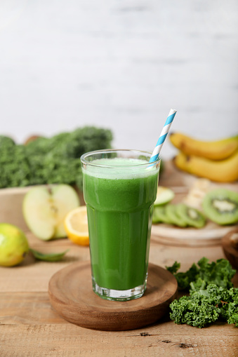 Surrounding「Green smoothie surrounded by ingredients」:スマホ壁紙(4)