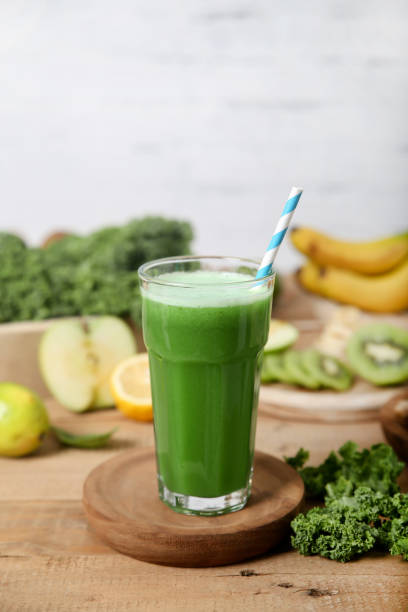 Green smoothie surrounded by ingredients:スマホ壁紙(壁紙.com)