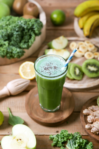 Kiwi「Green smoothie surrounded by ingredients」:スマホ壁紙(7)
