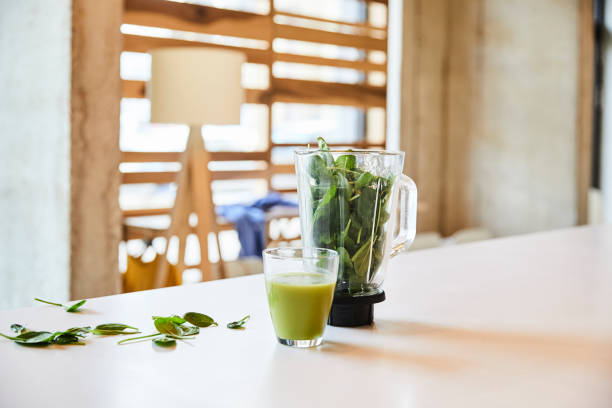 Green smoothie on table in office:スマホ壁紙(壁紙.com)