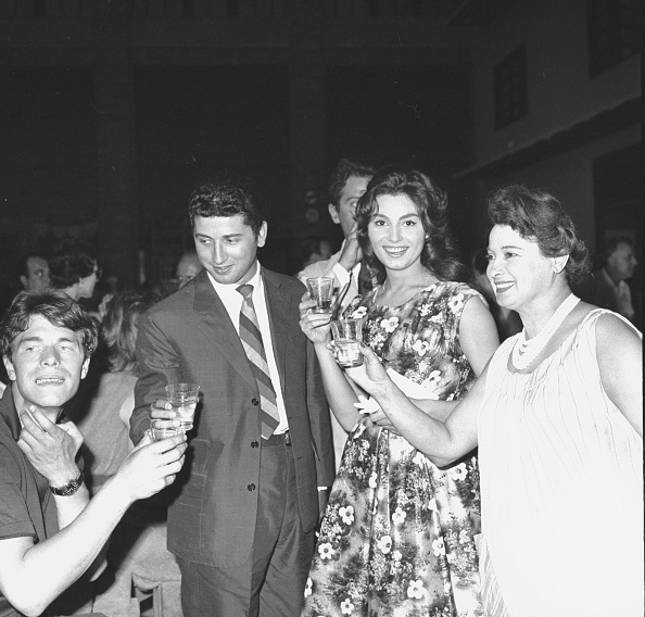 Crockery「Laurent Terzieff, Antonio Cervi, Rosanna Schiaffino and her mother make a toast in Rome 1959」:写真・画像(9)[壁紙.com]