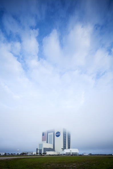 Vehicle Assembly Building「Space Shuttle Discovery Lands At Kennedy Space Center」:写真・画像(1)[壁紙.com]