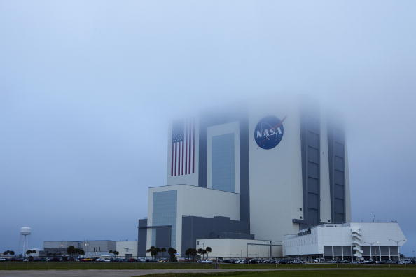 Vehicle Assembly Building「Space Shuttle Discovery Lands At Kennedy Space Center」:写真・画像(4)[壁紙.com]