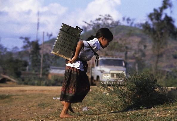 Miao Minority「Hmong Refugee Girl Carries Water」:写真・画像(14)[壁紙.com]