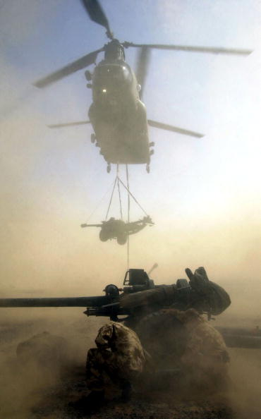 CH-47 Chinook「British Forces Chinook Helicopter Delivers 105Mm Light Guns During A Training Exercise」:写真・画像(1)[壁紙.com]