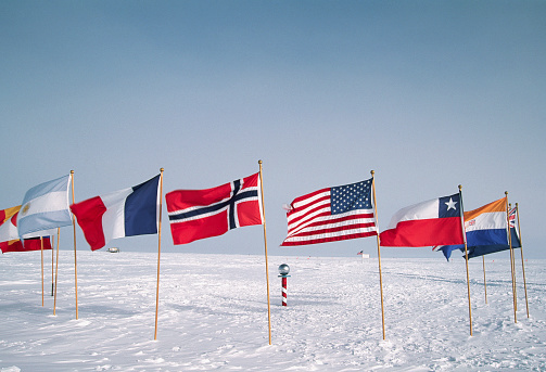 1990-1999「Flags at the Ceremonial South Pole」:スマホ壁紙(8)