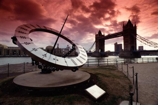London Bridge - England「Sundial monument by tower bridge in London」:スマホ壁紙(19)