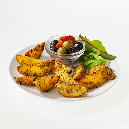 飲食「Spicy potato wedges with olives and salad」:スマホ壁紙(13)