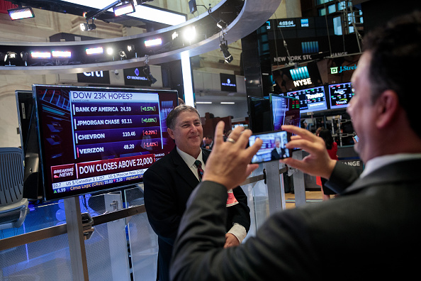 Finance and Economy「Dow Jones Industrial Averages Closes Over 22,000」:写真・画像(12)[壁紙.com]
