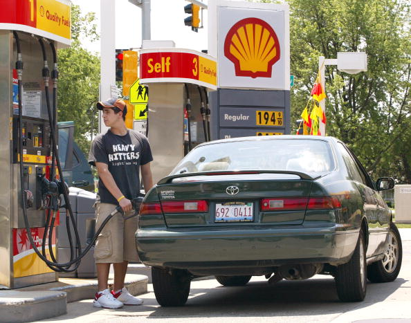 Refueling「Summer Travel Revs Up As Gas Prices Continue Falling」:写真・画像(8)[壁紙.com]