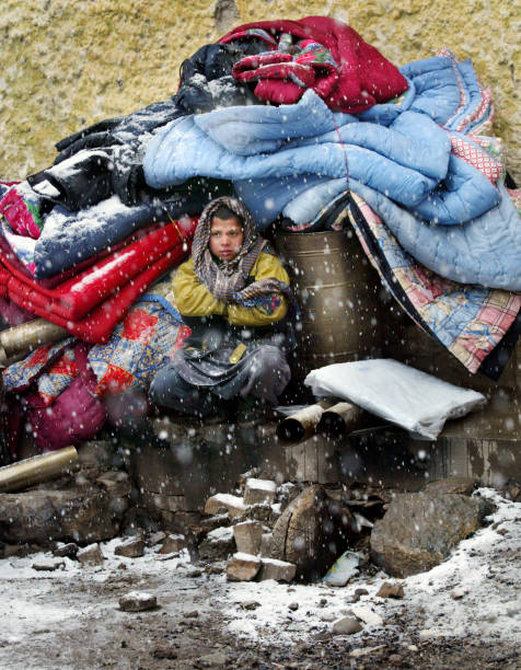 Afghanis Try To Keep Warm During First Snownfall Of The Season:ニュース(壁紙.com)