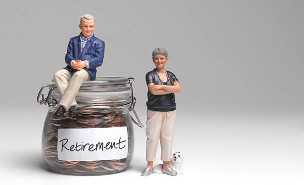 Retired couple with retirement savings jar:スマホ壁紙(壁紙.com)