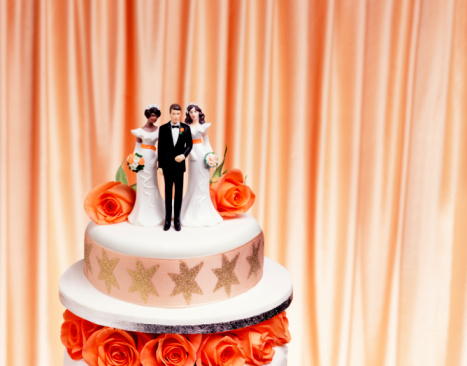 Infidelity「Groom and two bride figurines on top of wedding cake, close up」:スマホ壁紙(18)